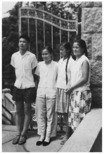 母亲与儿女(1964):左起世光、王澄美女士、美杰、美玲(1964年)。