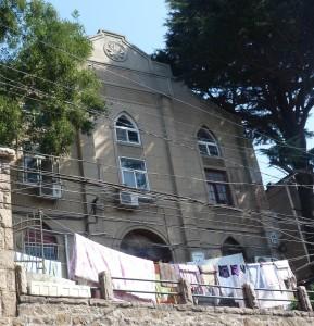 """图片:建于1935年的教堂,青岛伏龙路4号,现为""""大杂院""""(崔美玲女士摄于2014年10月)。"""