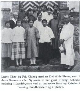 Chao老师和 Chiang老师带着学生在寒暑假给村庄的小孩和妇女当志愿者来教他们读书、卫生保健和圣经。照片前数第二排左一为聂乐信小姐Marie Ellen Nielsen,第三位系姜宝珍小姐。