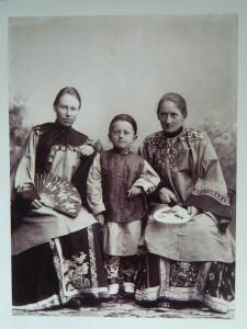 聂乐信与柏卫(Conrad S. Bolwig1866-1951)的夫人米娜( Minna Hass,1867—1960)及其儿子阿格 鲍威尔(Aage Bolwig)。