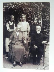 这是1946年柏卫(Conrad S. Bolwig1866-1951)和夫人米娜(Minna Hass)回国前在孤山的合影,夫妻俩坐在前面,后面左起聂乐信小姐(Nielsen, Ellen Marie)、阿斯塔德 .波尔森小姐(A strid Poulsen 1890—1990),汉语名字陈乐实;波斯段 纳尼 菲利朵利娜小姐(Nanny Brostrom 1881—?),汉语名字卜思温。