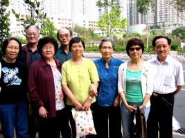 左起:林国花、柯尊鹅、林桂英、蓝正富、林婉卿、李慧璂、颜爱华、李文西(2008.05.12于香港将军澳)