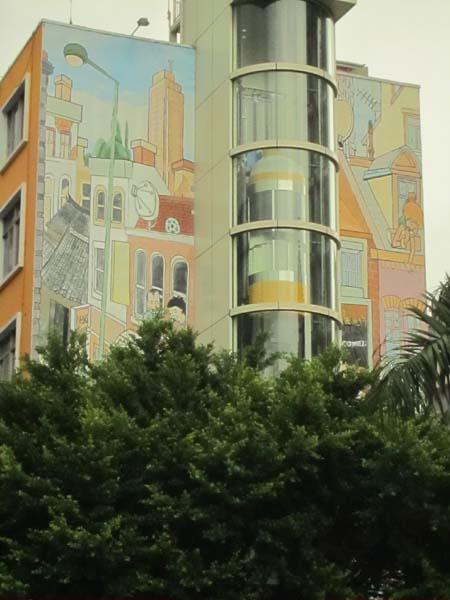 五层高的村委大楼