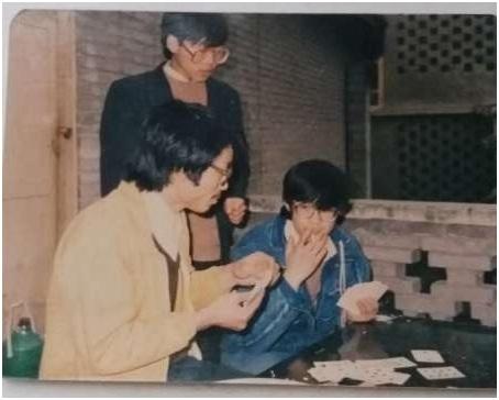 1989年2月,(左起)唐常鉴、杨幺、欧阳懿在刘贤斌家聚会。