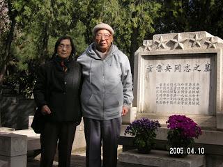于浩成夫妇在八宝山公墓祭奠先父董鲁安