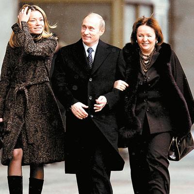 普京夫妇与他们的大女儿玛莎(左)