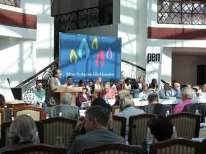與會者在听國際筆會執行主任卡洛斯的報告