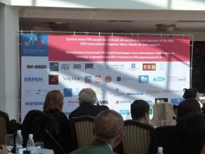 與會者在看國際筆會財務報告簡報投影