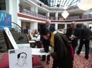 西藏流亡筆會代表在簽名。貝嶺攝