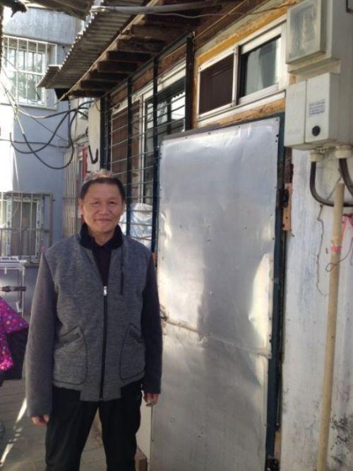 照片4倪玉兰的老伴董续勤在租住房前