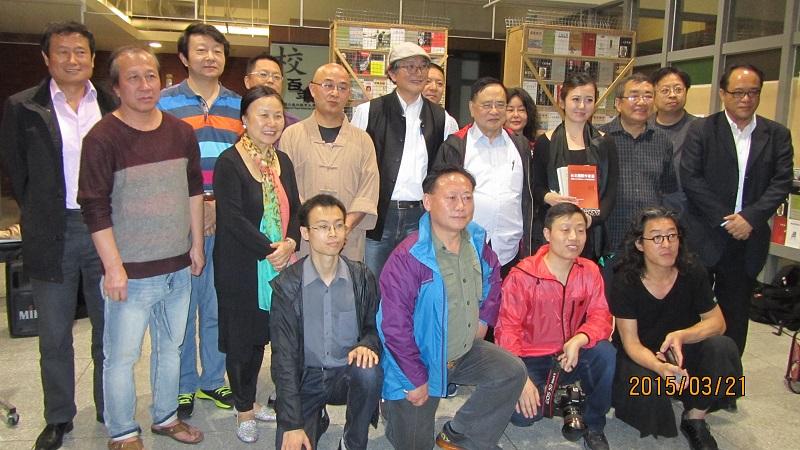 参加活动的独立中文笔会部分会员与嘉宾合影