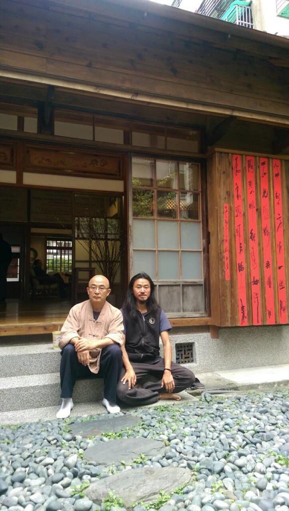 廖亦武和他的艺人伙伴田野在台北云和街的梁实秋故居前合影(谢小韫摄)