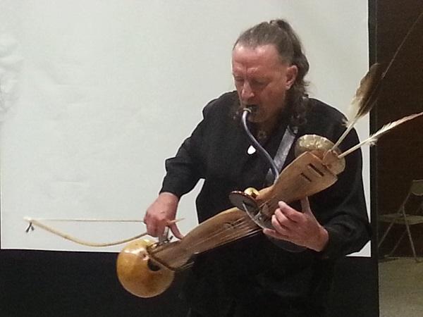 澳洲音乐诗人柯林在表演