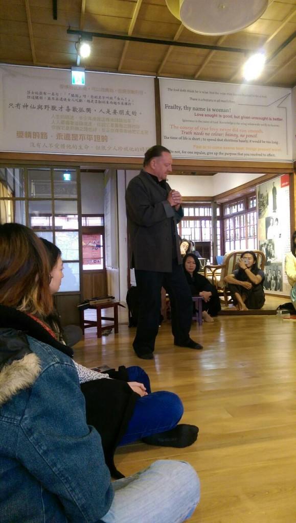 3月22日下午梁实秋故居的音乐朗诵会上,澳洲音乐诗人柯林‧欧佛(Colin Offord)在演出(谢小韫摄)
