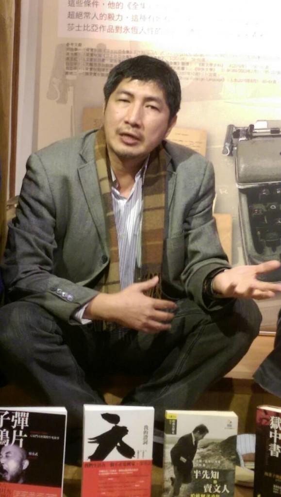 音乐朗诵会后,允晨文化出版公司发行人廖志峰与会员谈出书(谢小韫摄)
