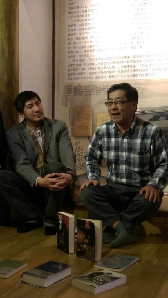 音乐朗诵会后,唐山出版社老板陈隆昊与会员谈出书(谢小韫摄)