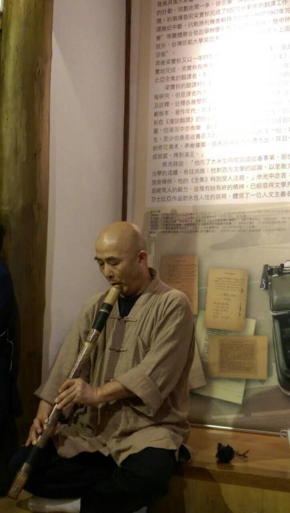3月22日下午梁实秋故居的音乐朗诵会上,廖亦武在台北云和街的梁实秋故居内吹萧(谢小韫摄)