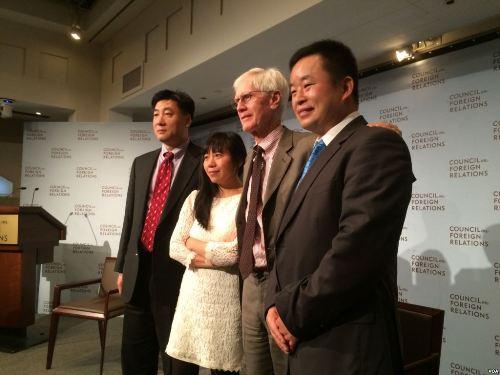 左起:鲍朴、郭小橹、夏伟(主持人)、慕容雪村 (美国之音方冰拍摄)
