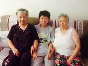 包卓轩与奶奶和姥姥