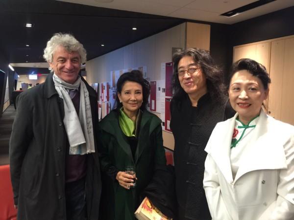 在文学专场现场,加大拿埃德蒙顿流亡作家项目负责人Miki、张戎、贝岭、盛雪合影