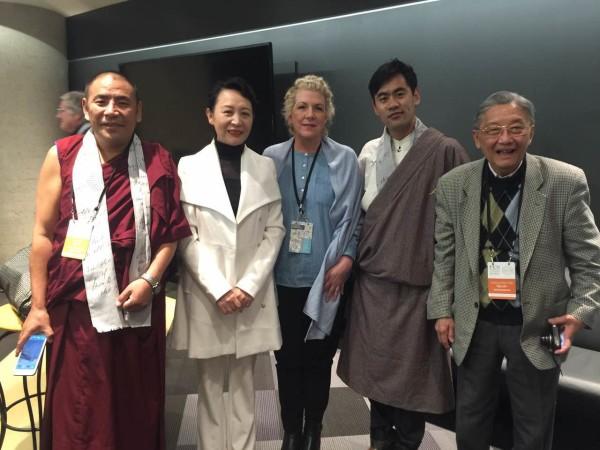 与会代表合影。中间穿浅蓝色衣服者为当选新一任国际笔会会长的杰尼佛·克莱门特