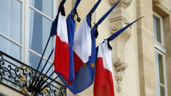 爱丽舍宫法国国旗绑黑丝带