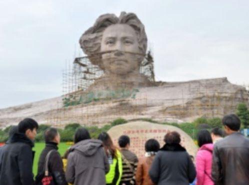 青年毛泽东塑像