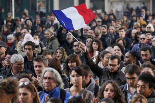法国民众默哀一分钟