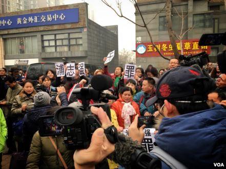 围观浦志强庭审遭抓捕的人权捍卫者