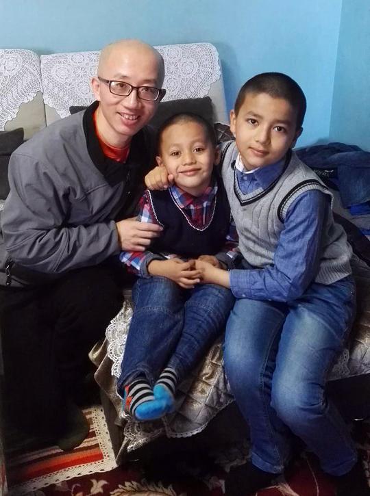 胡佳到伊力哈木家探访两个孩子