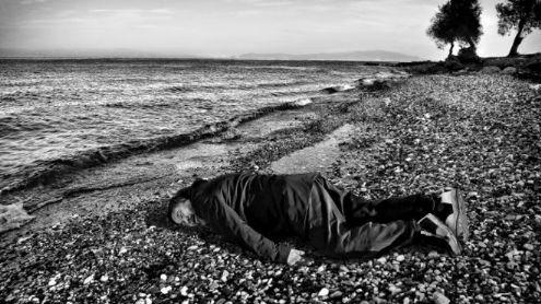 艾未未亲身模仿叙利亚男童溺毙的海滩照