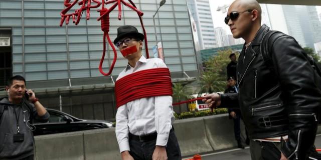 香港民众上街示威抗议铜锣湾书店老板被失踪