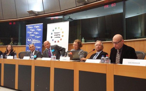 国际伊力哈木倡议组织与欧盟议会议员共同在布鲁塞尔欧洲议会大厦举办听证会。右三为侯芷明教授