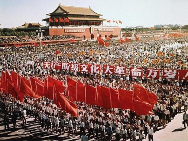 文革初期的1966年8月,毛泽东在北京多次检阅红卫兵