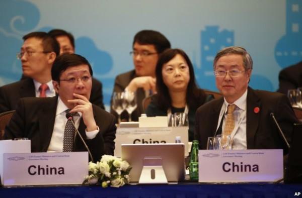 中国财政部长楼继伟 (左)与中国人民银行行长周小川