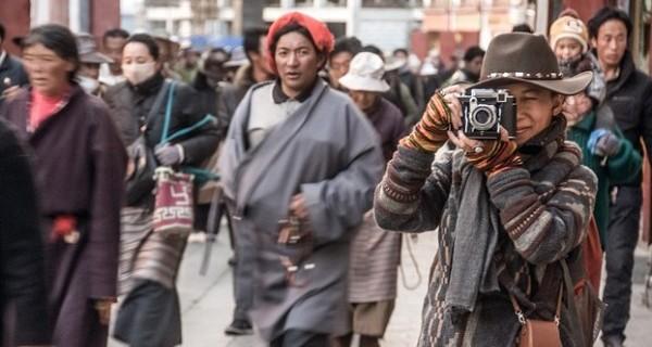 唯色用她父亲拍摄西藏文革照片的相机在拉萨拍摄。