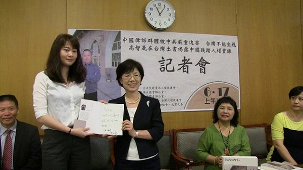 耿格签一本父亲高智晟的书托民进党立委尤美女送给蔡英文总统