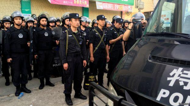 聚会附近有100多头带头盔,手持盾牌的防暴警察和武警待命。