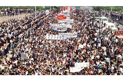 1989年,成千上万的示威者在北京抗议(来自美联社)