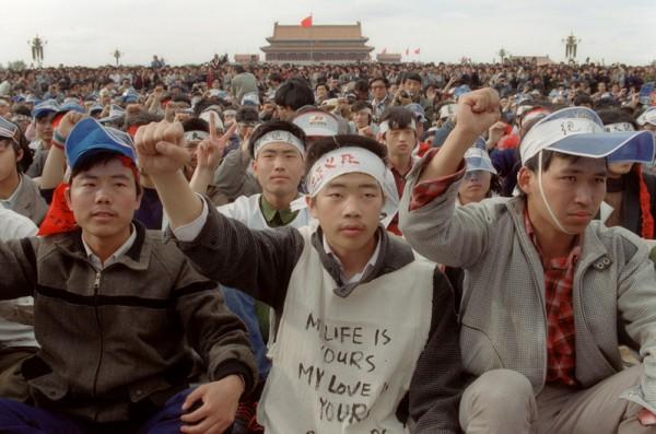 1989年5月19日,天安门广场上绝食静坐的学生(网络图片)