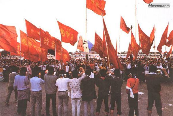 1989年5月20日在天安门的学生听到宣布戒严令,学生们宣誓誓死保卫天安门广场(网络图片)