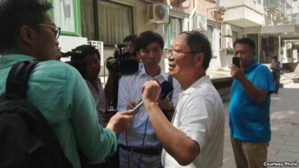 炎黄春秋杂志社负责人胡德华在被强占的办公地点外面接受外媒采访