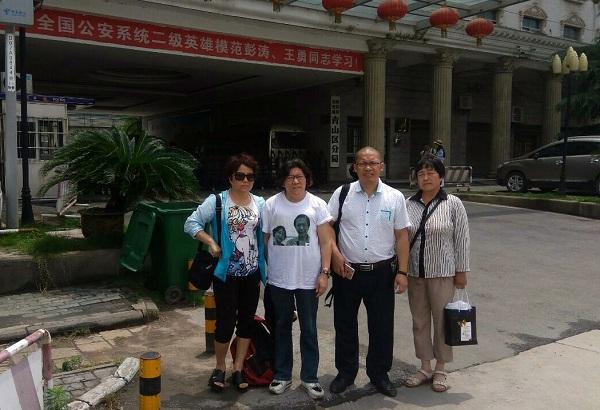 秦永敏的代理律师在武汉青山分局门口