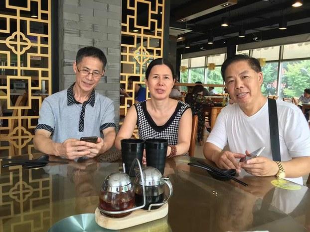 胡石根的2个弟弟(左和右)在江西老家来到北京