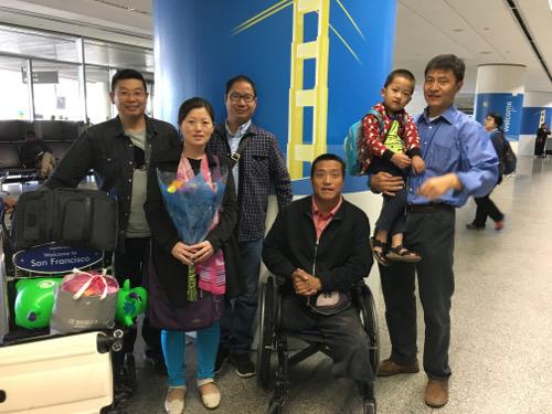 赵常青怀孕的妻子和四岁的儿子抵达美国1
