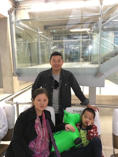 赵常青怀孕的妻子和四岁的儿子抵达美国2