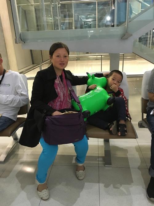 赵常青怀孕的妻子和四岁的儿子抵达美国3