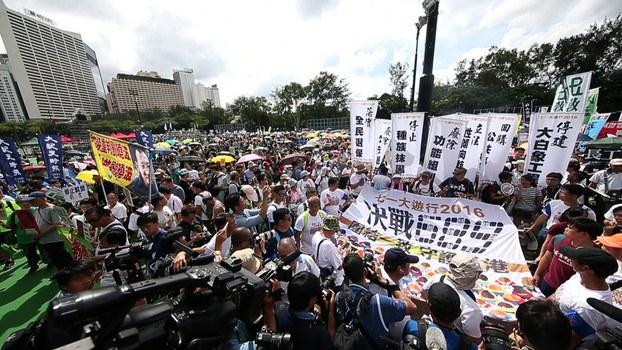 2016年7月1日,大批香港市民冒着酷暑天气上街游行