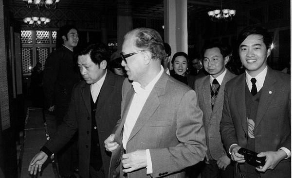 吴伟,右,1987年和中共中央总书记赵紫阳在一起