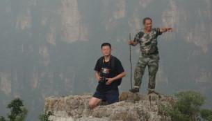 洪振快(左)与一名当地向导在前往狼牙山小莲花峰的路上